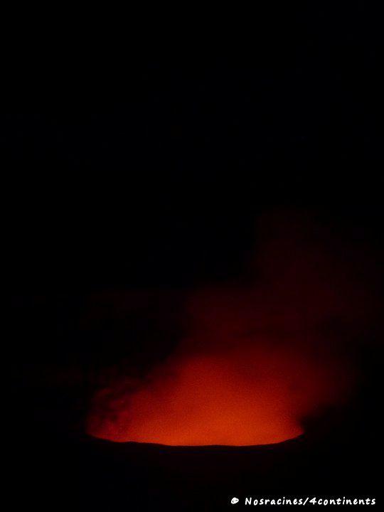 La fumée orange du cratère Halemaumau, Parc National des Volcans, Big Island, Hawaii - 2010