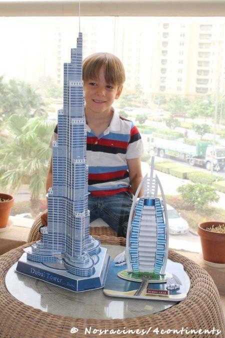 Mon fils aîné, à Dubaï, avec les maquettes qu'il a dû laisser derrière lui