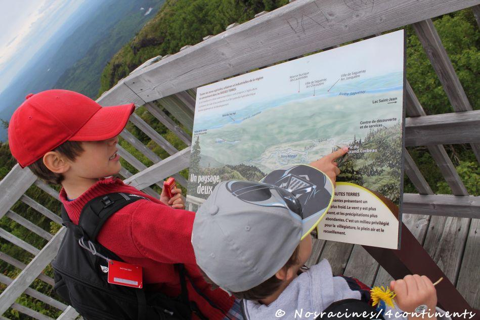 Mon aîné qui donne des explications à son petit frère, Parc national des Monts Valin