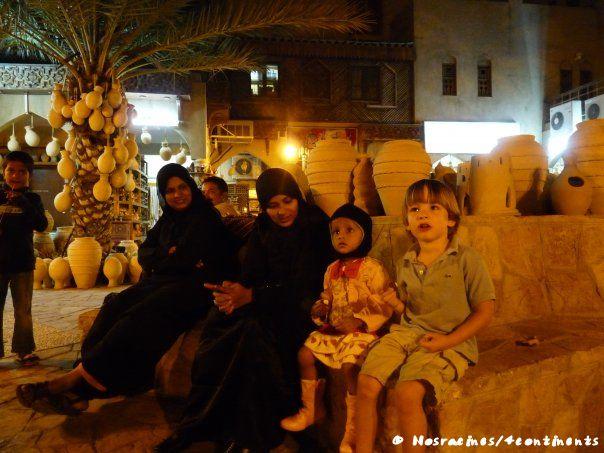 Notre fils aîné se fait de nouveaux amis à Oman