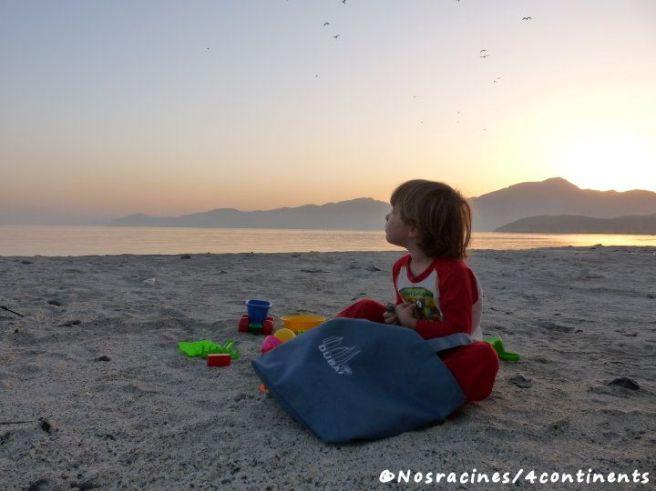Notre fils aîné, qui joue dans le sable en regardant les oiseaux