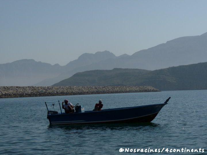 Les pêcheurs nous saluent chaleureusement, Port de Khasab
