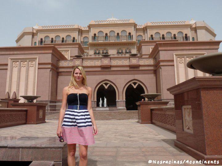 Devant le Palais des Émirats