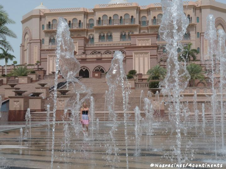 Les fontaines qui bordent le Palais des Émirats