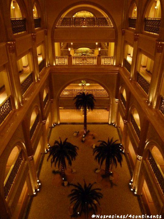 L'intérieur du palais à la nuit tombée
