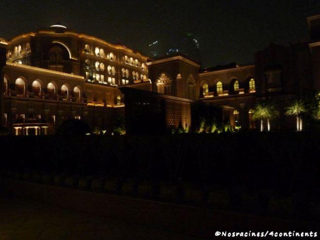 Le Palais des Émirats qui s'illumine la nuit venue