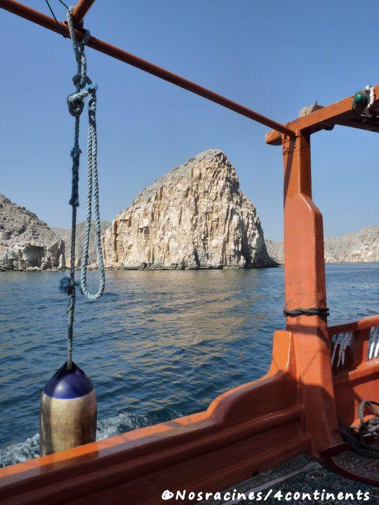 Le bateau avance lentement et nous permet d'apercevoir des formations rocheuses qui évoquent différentes formes