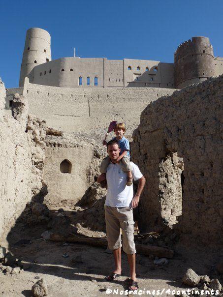 Devant le fort de Bahla, avec un petit drapeau tressé le matin même par un artisan du coin