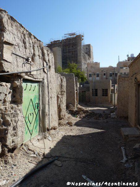 Les habitations abandonnées à proximité du fort de Bahla