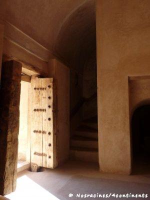 Nous découvrons l'intérieur du château de Jabrin : portes en bois, passages secrets et escaliers étroits