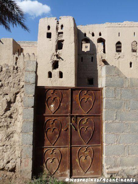 Une jolie porte dans le village de Birkat Al-Mawz