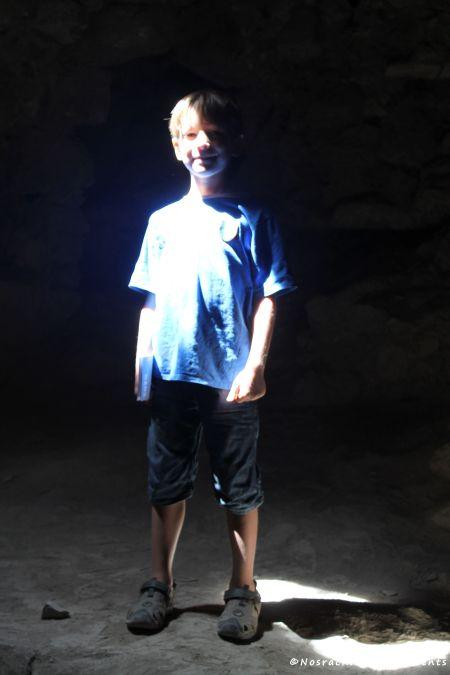 Faisceau de lumière sur notre fils aîné, dans le sous-sol du château de Kerak