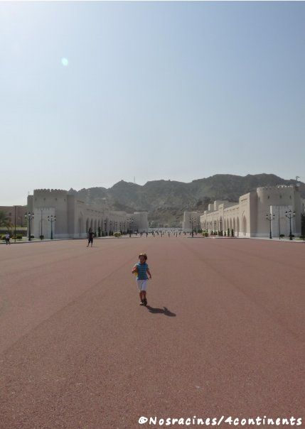Notre fils, seul (ou presque) sur la place du Palais