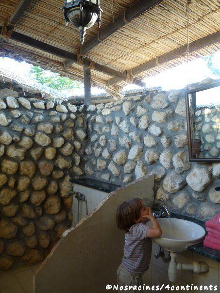 La salle de douche à ciel ouvert... Un incitatif de taille pour se brosser les dents!