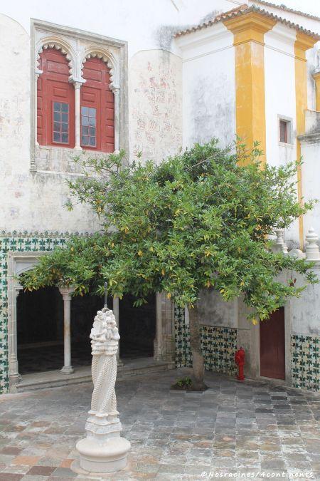La cour intérieure centrale et son carrelage à motif pied de coq, Palais national de Sintra