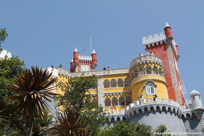 Enfin arrivés, nous découvrons les couleurs vives du Palais de Pena