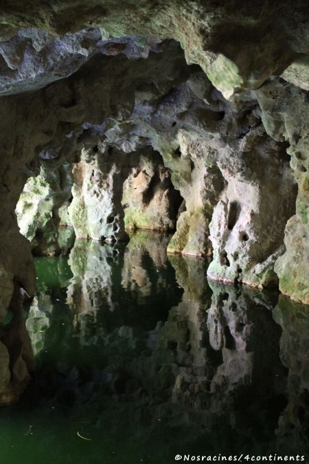 À l'intérieur d'une grotte, Quinta da Regaleira