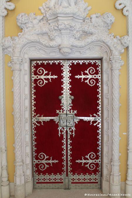 La porte du hall d'entrée donnant accès aux autres pièces du palais, Quinta da Regaleira