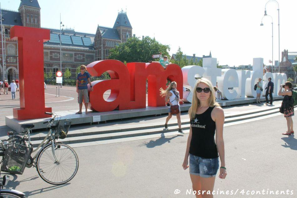 Devant les célèbres lettres « I amsterdam »