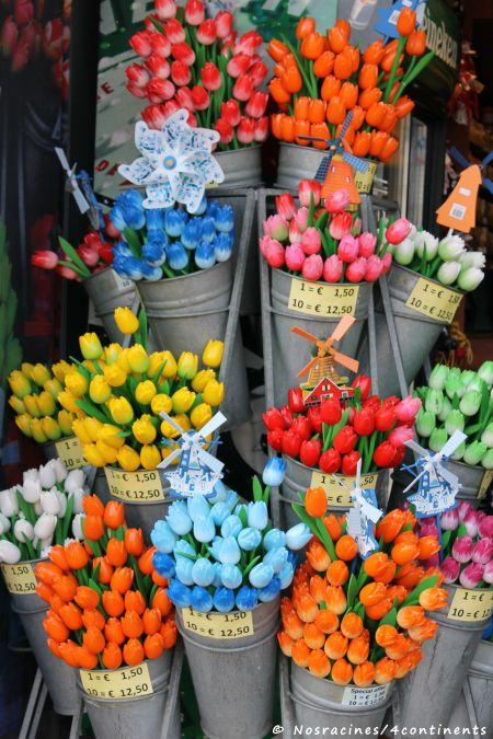 Un marché coloré, où se juxtaposent des fleurs naturelles et artificielles