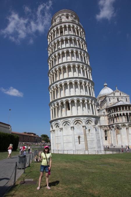 Chloé devant la tour de Pise, lors d'une croisière en Europe