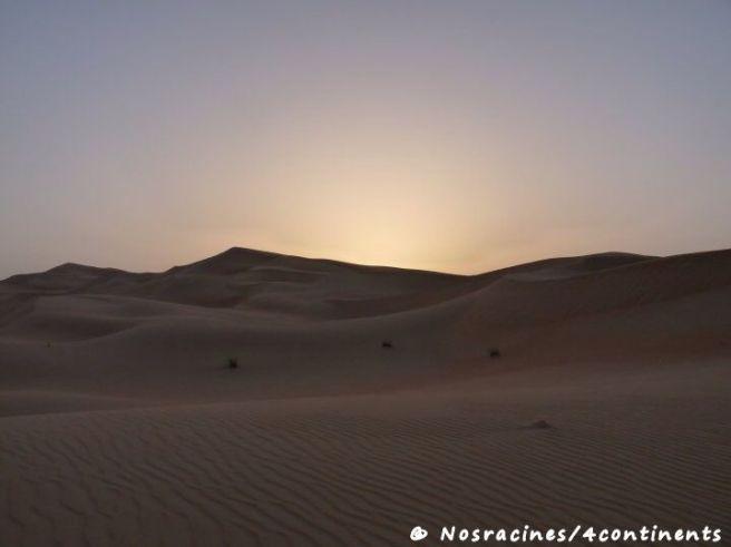Le coucher du soleil sur les dunes de sable, désert de l'Empty Quarter