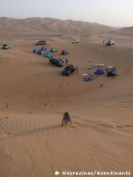 Le campement s'organise dans le désert de l'Empty Quarter