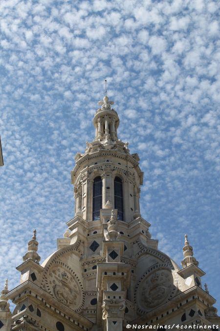 La Tour-lanterne, avec la fleur de lys sculptée à son sommet