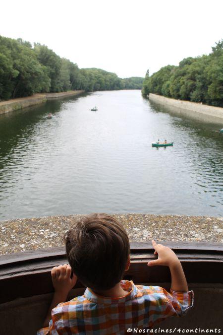 Notre fils cadet admire le Cher d'une fenêtre de la grande galerie