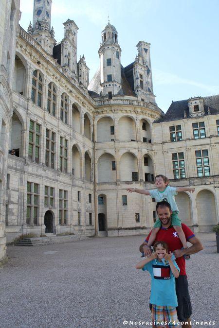 Les garçons devant le château de Chambord