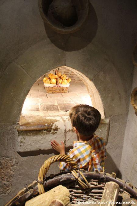 Notre fils cadet, alléché par le four à pain des cuisines du château