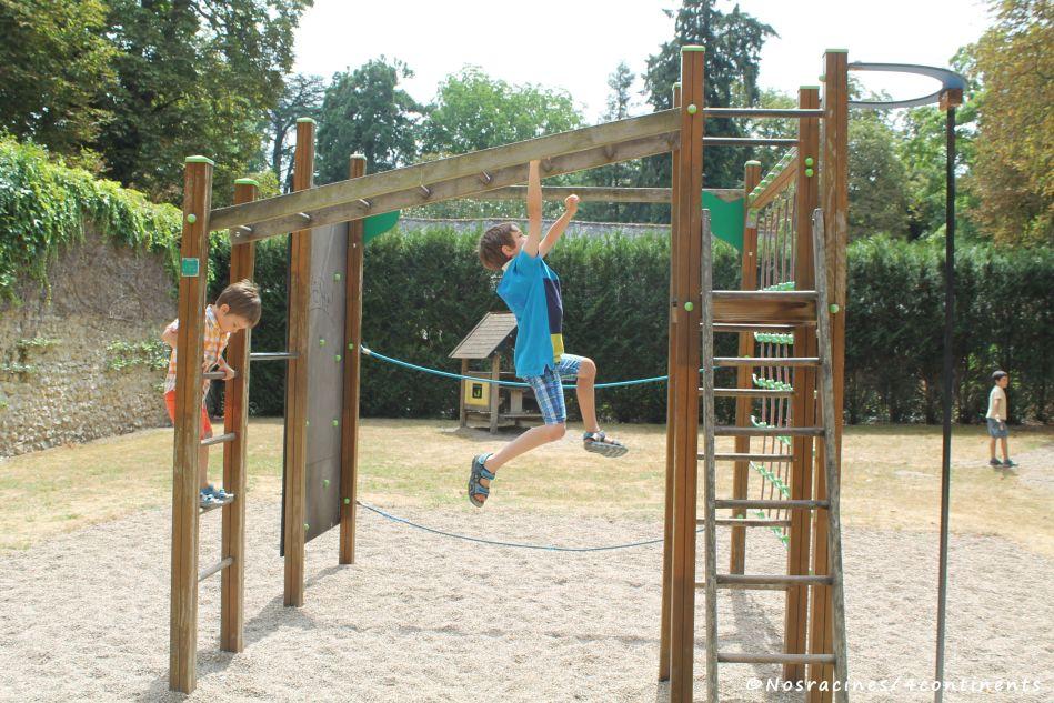 Les enfants s'amusent dans l'aire de jeux du château