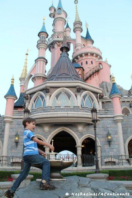 Devant le célèbre château, Disneyland Paris