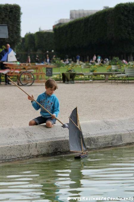 Jouer avec les bateaux du Jardin du Luxembourg