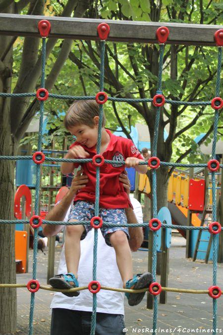 Dans une aire de jeux du Jardin du Luxembourg