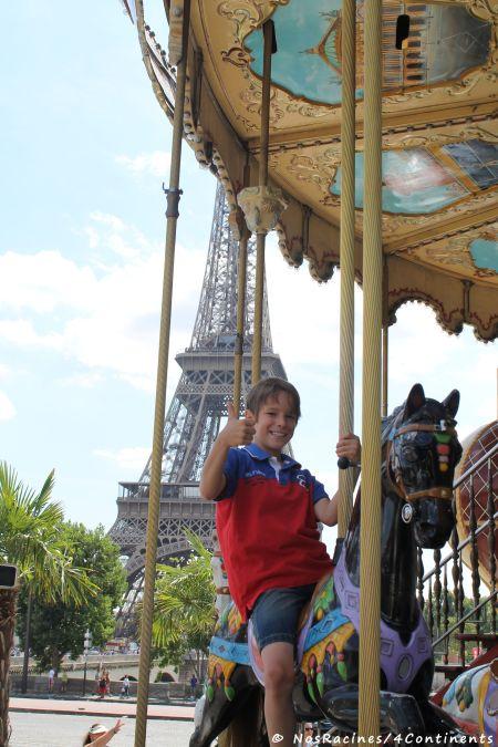 Un petit tour de carrousel, au pied de la Tour Eiffel