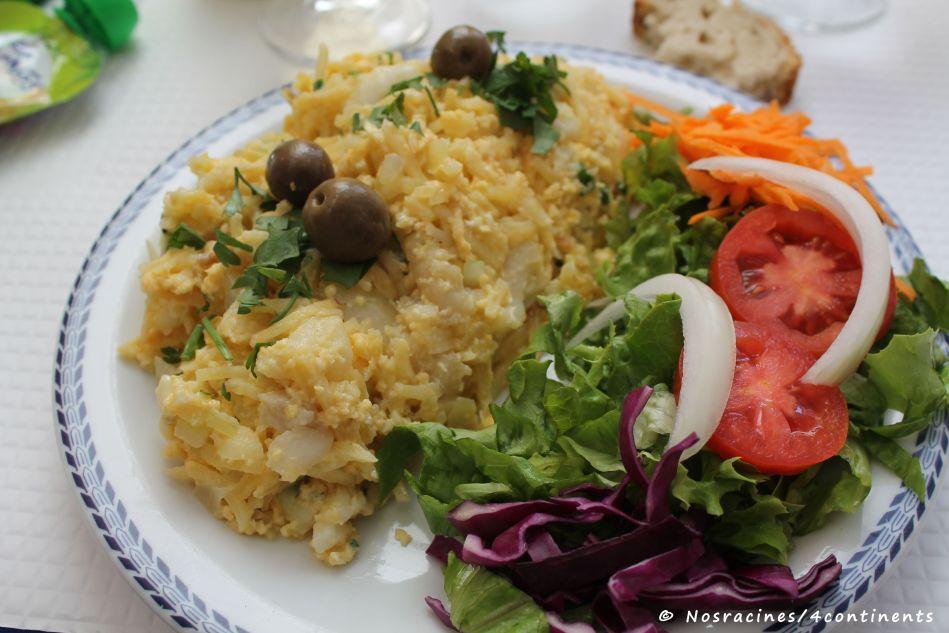 bacalhau a brás, un mélange de pommes de terre, d'oignons, d'œufs brouillés, d'olives noires et de persil