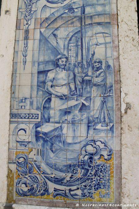 Les azulejos et leur texture lisse, que l'on retrouve un peu partout dans la ville