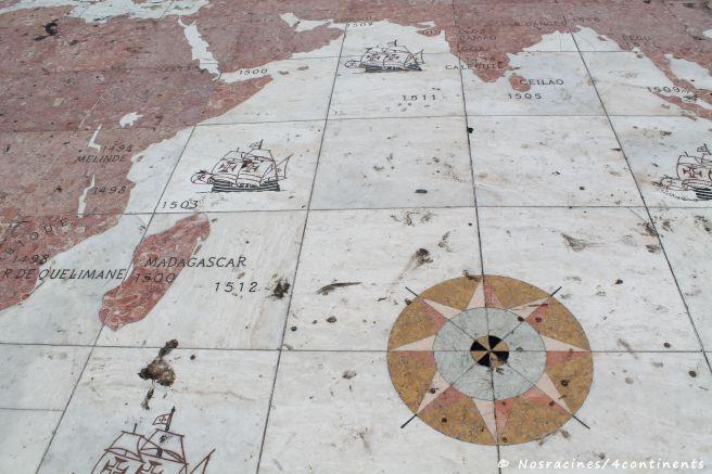 La mappemonde géante qui recouvre le sol de l'esplanade, au monument des Découvertes