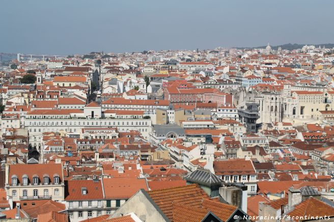 La vue sur les toits rouges de Lisbonne, du Castelo San Jorge