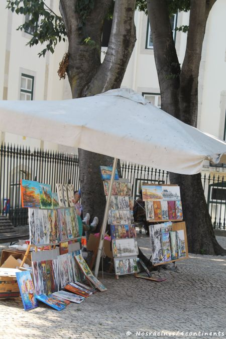 De nombreuses toiles à vendre devant la cathédrale de Lisbonne (Sé)