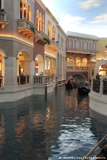 Les gondoles qui circulent entre les boutiques du Venitian