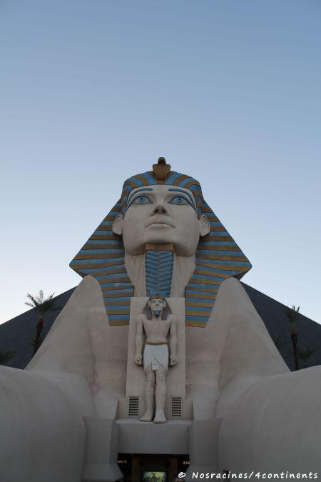 Le Sphinx qui garde la pyramide du Luxor