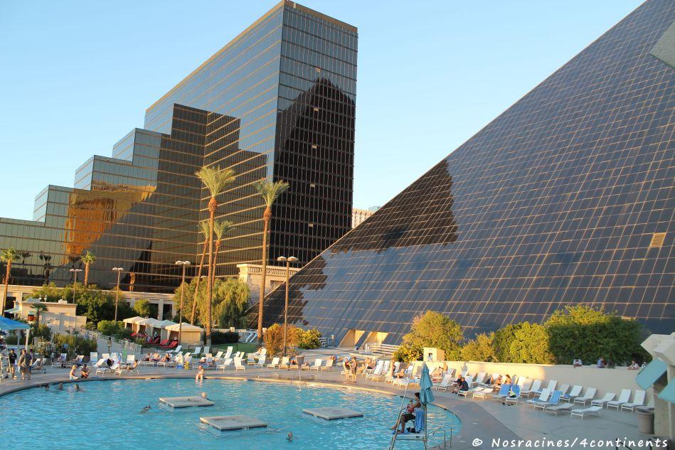 La piscine extérieure du Luxor