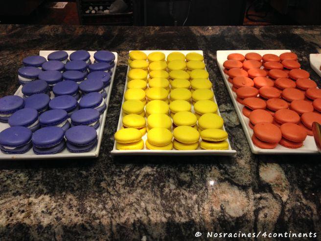 Des macarons multicolores, Le Village Buffet