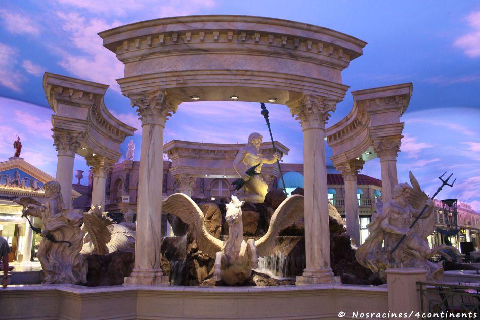 À l'intérieur du Caesars Palace, les statues et les fontaines sont magnifiques