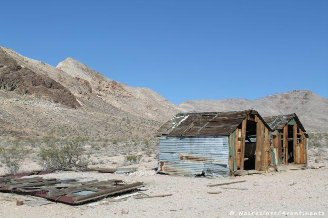 Des baraques en bois, laissées à l'abandon