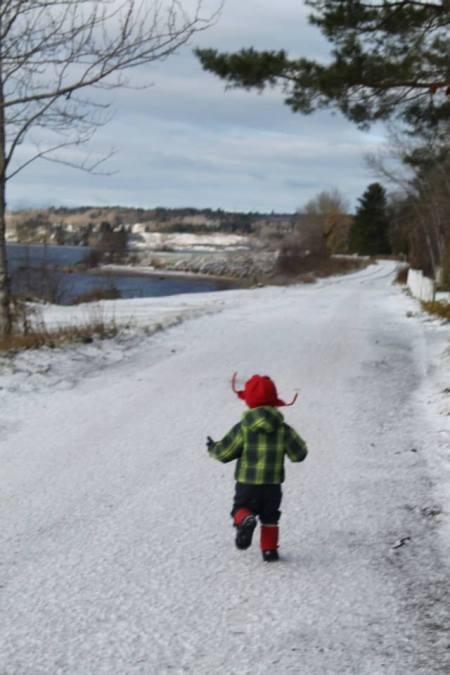 En route vers l'autonomie au bord de la rivière Saguenay, Québec.