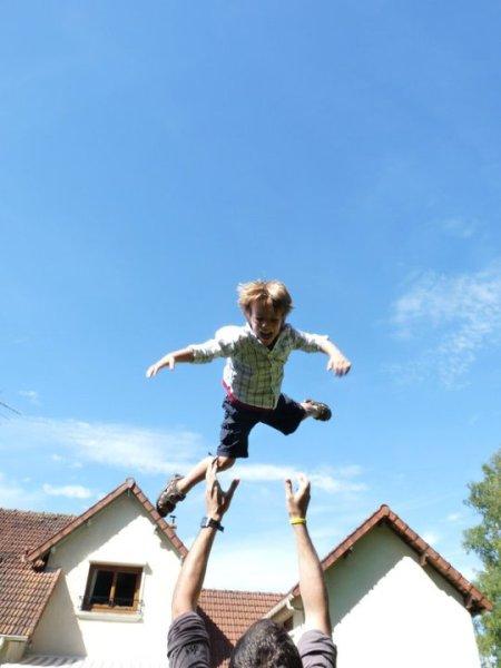Notre fils aîné qui s'amuse avec son oncle chez ses grands-parents. Vallée de Chevreuse, France.