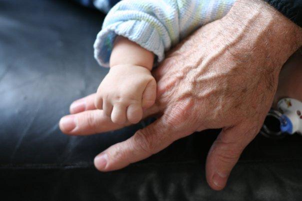 Mon fils aîné qui agrippe la main de son papou... Une belle complicité qui s'est développée très tôt!